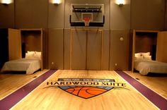 La Habitación De Zakyia Es Grande Y Limpia . Ella A Le Gusta Jugar Al Baloncesto En El Cuarto .