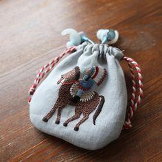 樋口愉美子さん『馬に乗る人』🐴 ボタニカルガーデンの布がちょっとだけ余ったので。 小さな巾着袋を作って イヤホン入れにしました🐴🐴 #樋口愉美子 #yumikohiguchi #樋口愉美子の刺繍時間 #馬に乗る人 #刺繍#embroidery #handmade#ハンドメイド #手刺繍#巾着袋#きんちゃく #イヤホン Lucky Charm, Baby Shoes, Coin Purse, Pottery, Textiles, Ceramics, Embroidery, Christmas Ornaments, Knitting