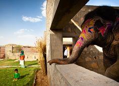 Habitação para Mahouts e Elefantes / RMA Architects © Carlos Chen