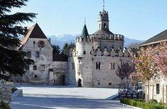 Im Laufe einer wechselvollen Geschichte prägten die großen Kunstepochen Romanik, Gotik und Barock den sakralen Bau stil in Südtirol. Kunstvoll in die Landschaft eingebettet, zeugen die zahlreichen Kirchen, Kapellen und Klöster Südtirols sowie darin erhaltene Skulpturen, spätgotische Flügelaltäre und wertvolle Fresken von einer kunstreichen Vergangenheit.  Das Augustiner Chorherrenstift Neustift ist eines der bedeutendsten Klöster im Tiroler Raum.