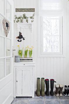 Kuistin seinustaa somistava vanha pesu-komuutti on peräisin Pohjanmaalta. Seinähylly on porvoolaisesta sisustuskaupasta.