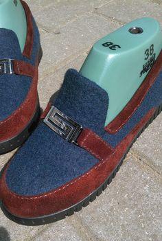 """Здравствуйте девочки. Нашла магазинчик """"Все для ремонта обуви"""" (г. Минск). Выбор подошв невелик Но делать нечего. Выбрала полегче для туфелек. Подошва казалась узковатой, но ложилась и приклеивалась легко. Прошивать не стала."""
