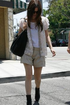 Consistently one of the best-dressed stars in Hollywood, Bilson is branching out into dishware design. We take a look at her chic California girl style. Fashion Days, Winter Fashion, Womens Fashion, Kim Kardashien, California Girl Style, Rachel Bilson, Style Icons, Nice Dresses, What To Wear