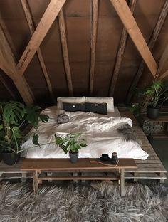 Inspiratie: 5 knusse slaapkamers uit de Binnenkijkers - Alles om van je huis je Thuis te maken   HomeDeco.nl Tapestry Bedroom, Outdoor Furniture, Outdoor Decor, Interior Architecture, Home Decor, Ikea Bedroom, Interiors, Home, Everything