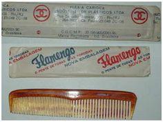"""Pentinho """"Flamengo"""" - Pentinho no bolso de trás da calça fazia parte do """"enxoval"""" de acessórios com que os adolescentes (e os nem tanto) saiam de casa nos anos 50 (em parte dos anos 60, também)."""