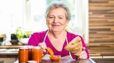 Jestli si bez kečupu neumíte představit většinu svých oblíbených jídel, ale zároveň nechcete jíst ty plné chemie, máme pro vás tip! Babi Pechová vám ukáže, jak na výrobu kečupu domácího! Rodin, Preserving Food, Canning Recipes, Preserves, Pesto, Pickles, Tacos, Food And Drink, Tableware