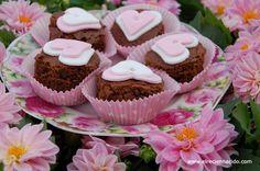 Lo de los cupcakes o magdalenas está muy bien, pero donde se ponga el chocolate…. Por eso hicé estos brownies, los corté con una copa de champán, los corazones son de fondant y el detalle es una perla de caramelo.