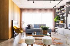 Decoração de apartamento, decoração de apartamento pequeno, decoração descolada, madeira, sofá cinza, cadeira amarela, sala de estar, sala.