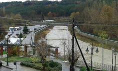 Έντονα προβλήματα δημιούργησε η ισχυρή βροχόπτωση που σημειώθηκε σήμερα στο Νόμο Γρεβενών. Στο Δοξαρά το πρωί οι κάτοικοι έμειναν έκπληκτοι όταν είδαν τα νερά που είχαν ξεχειλίσει στη γέφυρα. Το γήπεδο της ΕΠΣ πλημμύρισε στην κυριολεξία ανοίγοντας θέμα ευθυνών. Ενώ η στάθμη του Γρεβενίτη ανέβηκε σε ανησυχητικά επίπεδα φτάνοντας στα όρια. Δείτε το βίντεο: Δείτε φωτογραφίες: