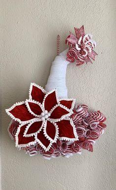 Deco Mesh Christmas Wreaths Diy, Burlap Flower Wreaths, Poinsettia Wreath, Diy Christmas Decorations Easy, Christmas Poinsettia, Christmas Hat, Deco Mesh Wreaths, Diy Wreath, Xmas Crafts
