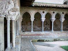 Abbazia di Moissac - Abbazia di Saint-Pierre de Moissac chiostro e colonne con capitelli romanici scolpiti
