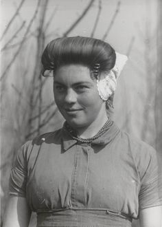 Boerendochter (14 jaar) uit St. Laurens in Walcherse streekdracht. Ze is gekleed in werkdracht. 1944 #Zeeland #Walcheren