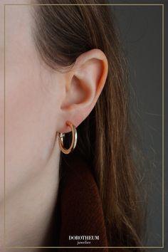 Hoop-Ohrringe sind seit mehreren Saisonen ein beliebtes Style-Accessoire. Durch strahlendes Gelbgold kommen diese besonders gut zur Geltung und können auf einfache Art und Weise jedes Outfit sofort aufwerten. When Youre Feeling Down, Elegant, Gold, Hoop Earrings, Outfit, Stuff To Buy, Jewelry, Accessories, Ear Piercings