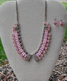 Set de collar con pedrería color rosa y cristales con aretes a juego $169