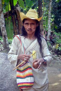 ICOLOMBIA --Indígena wiwa, con su monumento que los honra (Poporo)  #tradicion #Lostcitytour