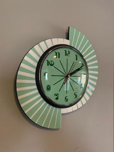 Colour Etched Lucite Formica Wall Clock from Royale - Midcentury Seventies Split Atom Retro style in Smeg Fire King Jadeite & White Mid Century Decor, Mid Century Modern Design, Retro Clock, Vintage Clocks, 1950s Wall Clock, Antique Clocks, Retro Art, Wall Clock Hands, Clock Wall