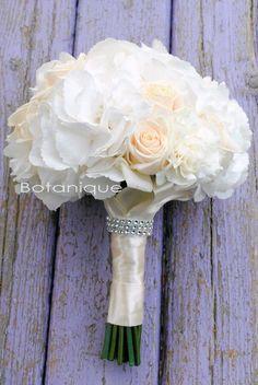 белый букет невесты из гортензии и роз