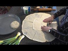 Pite with spring onions for Ramadan Albanian Recipes, Turkish Recipes, Pan Dulce, Pita Bread, Ramadan, Onion, Cooking Recipes, Yummy Food, Make It Yourself
