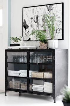 Decoração com armários pretos de portas de vidro