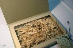 Convite Box Padrinho confeccionado no Lamê Ouro, texto impresso na transparência sobre as flores naturais.  Nas opções com ramo de flores naturais no amarril e no modelo clássico somente com tag. R$ 30,00
