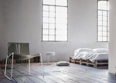 """la linea si compone da due elementi sedia e panchina. la seduta e' stata pensata per essere realizzata in legno  , con struttura portante in metallo leggero. le sedute sono composte da una serie di elementi """"boomerang"""" in legno, con finitura naturale o verniciata, accostati tra di loro e separati da dei distanziatori. la struttura portante e' pensabile in alluminio verniciato a polvere in vari colori. la seduta, se usata in spazi privati, e'pensabile abbinarla ad un cuscino/coperta per…"""