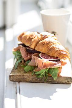 croissant mit serrano schinken, feigen und oliven tapenade
