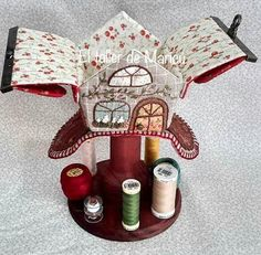 El taller de Maricú: Needle house's box . . . Small Sewing Projects, Needle Book, Tiny House Plans, Sew On Patches, Pin Cushions, Wool Felt, Sewing Patterns, Quilts, Christmas Ornaments