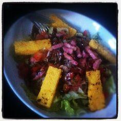 Salade du soir bonsoir! Tomates, poivrons, échalotes, lardons, dés de dinde et polenta grillée #foodporn