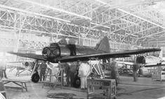 三菱重工業名古屋航空機製作所で組み立てられる十二試艦上戦闘機試作1号機(三菱重工業提供)。 十二試艦戦は零式艦上戦闘機の原型機で、試作1号機は1939年(昭和14年)3月17日に完成し、同年4月1日に初飛行した。この写真の正確な撮影日時は不明だが、機体はエンジン部分を除き、ほぼ出来上がっている。後方には組み立て中の十二試艦戦試作2号機の機体も見える。 十二試艦戦は、主力艦同士の砲撃戦を有利に進めるため、敵の弾着観測機を追い払うことが主な任務と想定されていた。日本海軍は要求仕様として高度4000mで速力270ノット(時速500km)、巡航速度で6時間以上滞空できる航続力、強力な20mm機銃の搭載などを挙げ、三菱重工業も持てる技術力をすべて投入し、それを実現した。 十二試艦戦は試作機のまま実戦に投入され、その実力を証明すると、1940年(昭和15年)7月に零式艦上戦闘機として制式採用。太平洋戦争の敗戦までに1万機余りが製造され、日本の航空機史上、最大の生産機数を記録した【時事通信社】 イメージ 19