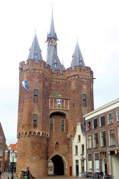 De indrukwekkende Sassenpoort werd in 1406 gebouwd en is uitgegroeid tot hèt symbool van Zwolle. De poort is opgetrokken uit bak- en natuursteen. In de toren hangen nog twee klokken uit 1731. Het uurwerk stamt uit 1937. De poort is toegankelijk via een smalle trap in de noordoostelijke toren die leidt naar de tentoonstellingsruimte op de eerste verdieping. Hier is een expositie ingericht over de geschiedenis van de poort en de stad.