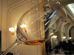 Salón VINORO Desde hace unos años se viene promoviendo una muestra de vinos en Madrid que rompe los moldes habituales. El lugar elegido para el evento es el espectacular Hotel Ritz de Madrid. El objetivo es presentar los VINOS que obtuvieron Medalla de Oro en Concursos de todo el Mundo. El propósito, disfrutar de todas