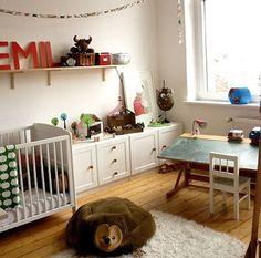 Zona de estudio infantil con pupitre vintage con tabla de pizarra. ¡Nos encanta!