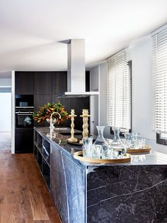 Cocina - Un piso con el toque perfecto de color Elle Decor, Kitchen Island, Interior Design, Color, Home, Marble Countertops, Kitchen Bars, Decorating Kitchen