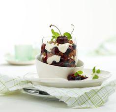 Røde bær med pisket Fraîche og crumble Panna Cotta, Ethnic Recipes, Desserts, Food, Tailgate Desserts, Dulce De Leche, Deserts, Eten, Postres