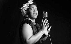 """Amargo Fruto – A Vida de Billie Holiday estreia dia 20 - No drama musical """"Amargo Fruto – A Vida de Billie Holiday"""", a atriz e cantora Lilian Valeska """"encarna"""" Billie Holiday, seus pensamentos da infância, a miséria, a dor, o estupro aos 11, a prostituição aos 13, a iniciação com as drogas pesadas aos 17 e o abandono em todos os sentidos. Com quatro músicos que tocam ao vivo, o espetáculo é entremeado por canções eternizadas na voz de Billie, clássicos como Summertime, Strange Fruit..."""