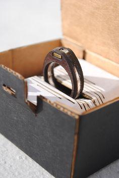 Anello unisex in cuoio, plexi e ottone.
