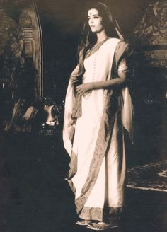 A traditional saree drapped in Bengali style- Bollywood Stars, Bollywood Fashion, Bollywood Actress, Mangalore, Most Beautiful Women, Beautiful People, Miss Mundo, Bengali Saree, Vintage Bollywood