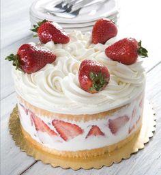 Torta gelato con panna e fragole