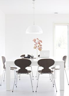 If you want to add a special touch to your Scandinavian dining room lighting design, you have to read this article that is filled with unique tips. Dining Room Inspiration, Interior Inspiration, Ant Chair, Living Comedor, Beautiful Dining Rooms, Dining Room Lighting, Dining Table Chairs, Arne Jacobsen, Home Office Design