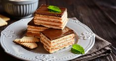 These simple toffee bars are addicting! You won't be able to put the melty and crunchy combination down. It's all you could ask for from a chocolatey dessert; Biscuit Sandwich, Biscuit Cake, Other Recipes, Sweet Recipes, Chocolate Chip Cookies, Desserts With Few Ingredients, Cream Crackers, Rich Cake, Toffee Bars