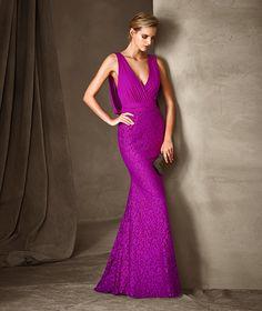 Recto y con un color muy favorecedor para este vestido de fiesta