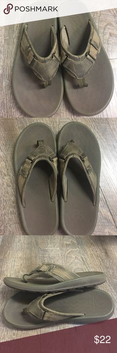 a14282d35bb Clarks men s flip flops. Men s green Clarks size 8 flip flops. Clarks Shoes  Sandals