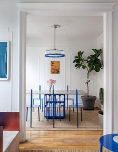 The contemporary Apartment in New York, created by Crosby Studios, gives us a stunning case of the blues Mini Clubman, Contemporary Apartment, Contemporary Interior, Circular Chandelier, Brooklyn Apartment, Blue Cabinets, Front Rooms, Interior Decorating, Interior Design