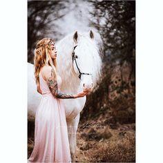 . . . #horse #equine #bride #photoworkshop #frankfurt #horselover #girl #girlswithtattoos #tattoo #stallion #whitehorse #unicorn #beauty #horsephotography #equinephotography #photography #light ä #blonde #sun #glow #autumn #_tebo_ #herbst #Mähne #trust #secret #horse #darkbeautymag #darkbeauty #Regram via @annikawolfraumphotography