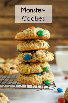 Hier trifft Haferkeks auf Schokolade und M&Ms, ein farbenfroher Cookie, der super mit Kindern gebacken werden kann #haferkeks #m&ms #monstercookie #cookies #krümelmonster #fürkinder #cookierezept Healthy Sweet Snacks, Super, Baking Recipes, Leo, Germany, Sweets, Cakes, Breakfast, Peanut Butter