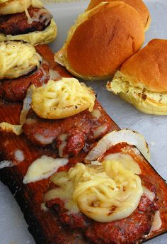 Cedar Plank Smoked Burgers: Easy smoked burger recipe that uses only 5 ingredients and can be made on ANY grill! Burger Recipes, Grilling Recipes, Beef Recipes, Vegetarian Recipes, Cooking Recipes, Smoker Recipes, Smoked Burgers, Bbq, Yummy Food