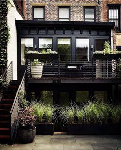 Before & After: A Modern Townhouse Garden in Brooklyn AFTER – Brooklyn-Prospekt-Stadthaus-Garten-Pflanzbeet-
