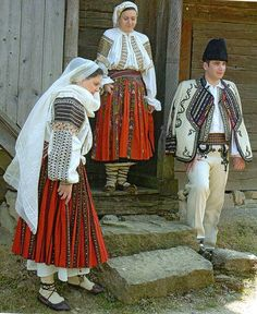 Romania, another variation (Oltenia; valnic) is a piece of wool fabric that is wrapped around the body, gathered at the waist, and held in place with a woven belt. Fashion D, Folk Fashion, Ethnic Fashion, Modern Fashion, Folk Clothing, Medieval Clothing, Traditional Fashion, Traditional Outfits, Costumes Around The World
