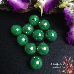10 runde Acrylperlen, in der Farbe Grün, einfach eine Augenweide.Je nach Lichteinfall haben sie einen wunderschönen Glanz.Für viele kreative Ideen geeignet.