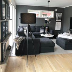Elegant golvlampa i minimalistisk design. Svart färg gör den perfekt till varje interiör. #beliani #möbler #hemtillbehör #lampa #golvlampa #interiör #inredning #heminredning #svart